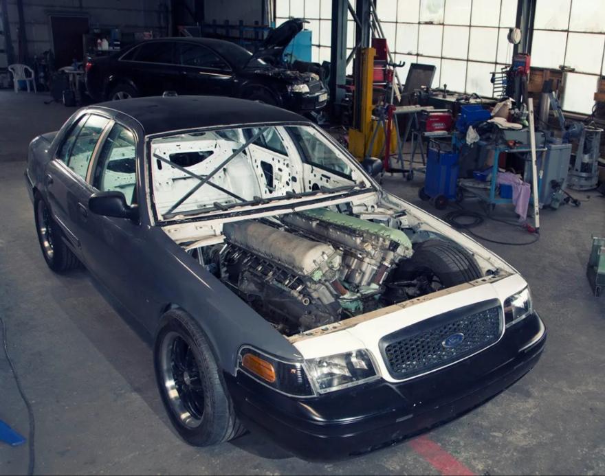 Il installe un moteur de tank dans sa voiture !