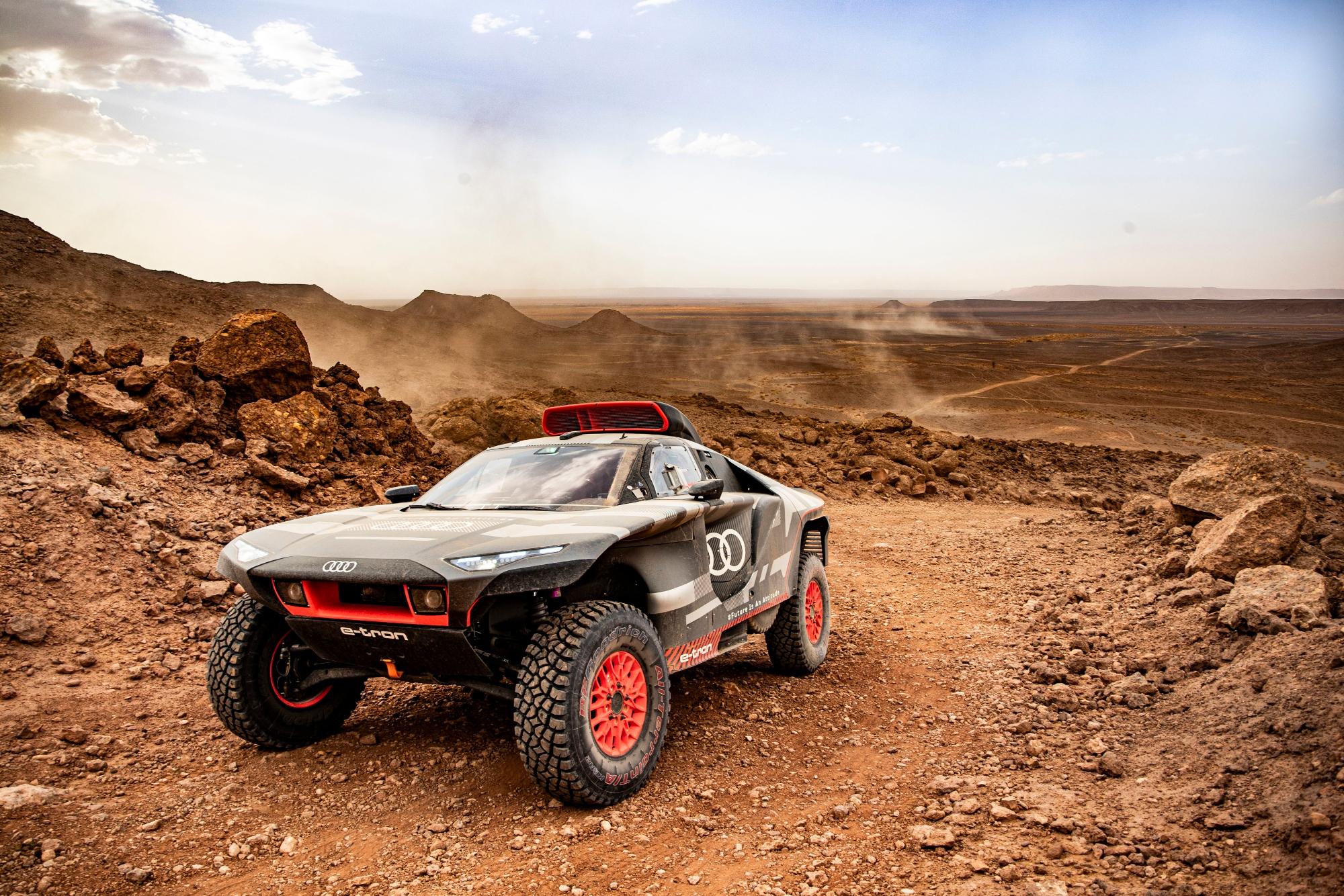 """L'Audi RS Q e-tron (2022) a """"mangé du sable"""" au Maroc"""